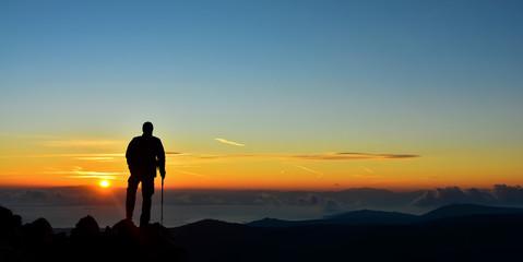 Dağın Zirvesinde Erkek Silüeti