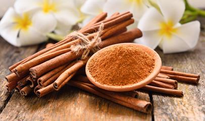 Spoed Foto op Canvas Kruiderij cinnamon powder on wooden background