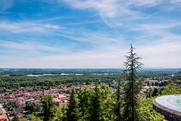 Vue panoramique sur l'est lyonnais de l'esplanade du Mas Rillier à Miribel