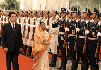 China's President Hu Jintao and India's President Pratibha Patil inspect honour guards inside the Great Hall of the People in Beijing