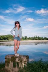 Femme au bord de l'étang dans les Dombes