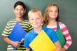 schülergruppe mit schulheften