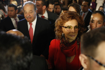 Italian actress Loren and Mexican tycoon Slim tour her exhibition at the Soumaya museum in Mexico City