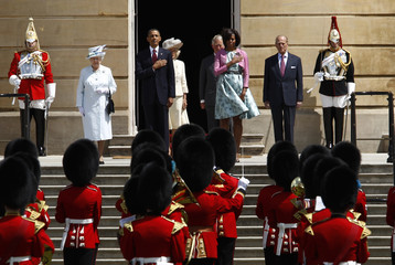 Britain's Queen Elizabeth II, U.S. President Obama, Camilla, Duchess of Cornwall, Prince Charles, first lady Michelle Obama and Prince Philip, Duke of Edinburgh listen the the U.S. national anthem at Buckingham Palace in London