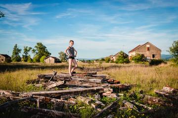 Fillette sur les traverses de chemin de fer en Urbex dans la caserne abandonnée