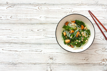 Fototapeta Rice noodles with spinach and mussels