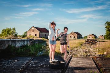 Femme et fillette en Urbex dans la caserne abandonnée