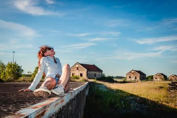 Femme en Urbex dans la caserne abandonnée