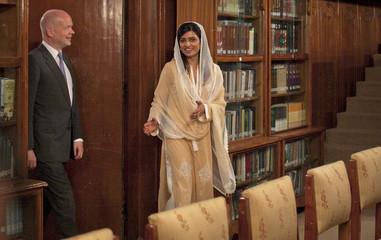 Pakistan's Foreign Minister Hina Rabbani Khar escorts Britain's Foreign Secretary William Hague after his arrival at the Foreign Ministry in Islamabad