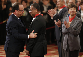 """France's President Hollande awards Air Asia CEO Fernandes with the """"Commandeur de la Legion d'Honneur"""" during a ceremony at the Elysee Palace in Paris"""