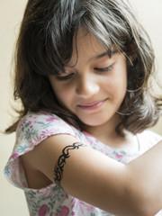 Niña con tatuaje