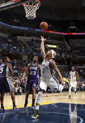 Memphis Grizzlies guard Bayless shoots defended by Sacramento Kings guard Brooks and Sacramento Kings guard Thornton during the first half of NBA basketball action in Memphis