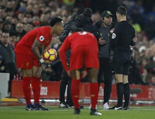 Chelsea manager Antonio Conte speaks with referee Mark Clattenburg