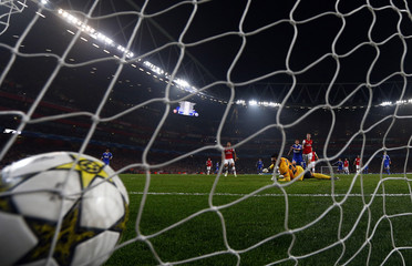 Schalke 04's Huntelaar scores the opening goal against Arsenal during their Champions League Group B soccer match in London