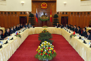Russia's President Putin and Vietnam's PM Dung talk at the Government Office in Hanoi