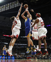 Warriors forward Lee shoots past Bulls' Noah, Hinrich and Hamilton during the first half of their NBA basketball game in Chicago