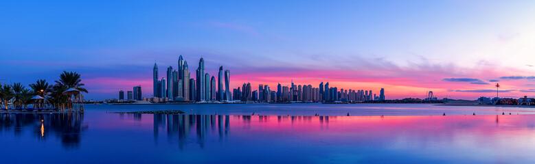 Stadtpanorama von Dubai bei Sonnenaufgang