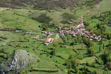 Pueblo de Redipollos desde el Pico Susarón, León, España.
