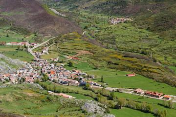 Pueblo de Puebla de Lillo desde el Pico Susarón, León, España.
