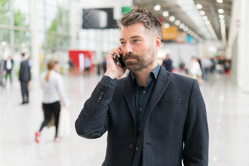 Geschäftsmann mit Smartphone