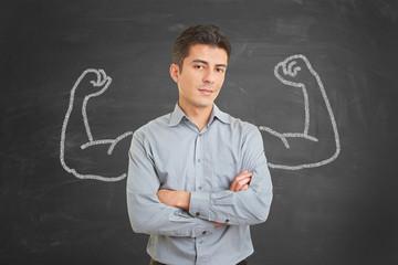 Motivierter Mann mit Muskeln aus Kreide