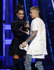 Justin Bieber accepts the award for Top Male Artist from presenter Jessica Alba at the 2016 Billboard Awards in Las Vegas