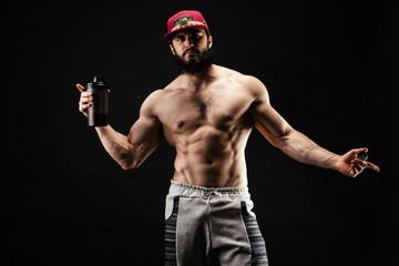 Présentation d'un shaker de protéine par un bodybuilder