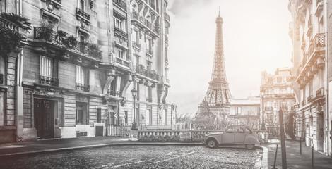 Wieża eifla w Paryżu z maleńkiej ulicy