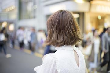 都会を歩く可愛い女性