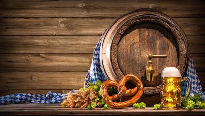 Oktoberfest Bierfass mit Bierglas und Brezel