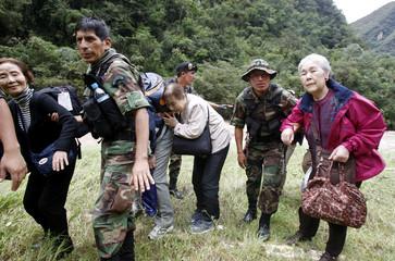 Peruvian soldiers help evacuate tourists in Cuzco