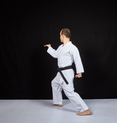 On a white surface, an athlete trains two blocks with his hands