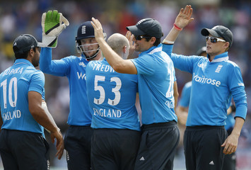 England's Tredwell celebrates with captain Cook, Bopara, Buttler and Root after taking the wicket of Sri Lanka's Dilshan during their sixth ODI cricket match in Pallekele