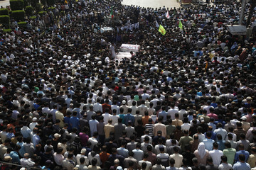 Shi'ite Muslims attend a funeral prayer for victims who were killed in bomb attack a day earlier, in Karachi