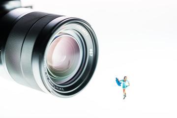 Kleines Modell im blauen Kleid liebt die Kamera