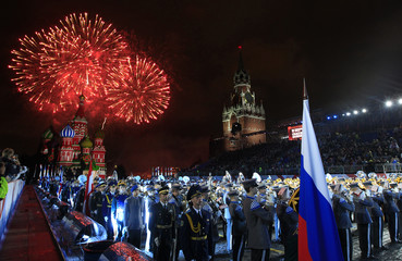 """Fireworks explode over the Red Square during the International Military Music Festival """"Spasskaya Tower"""" in Moscow"""