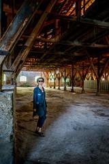 Femme dans l'usine abandonnée de Toscane