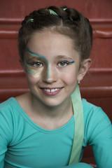 śliczna dziewczynka z pięknym makijażem na twarzy uśmiecha się
