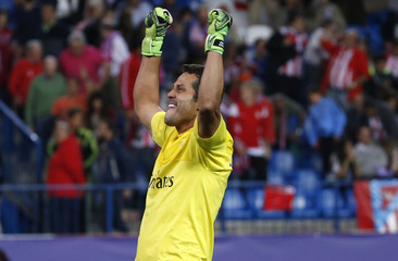 Benfica's goalkeeper Julio Cesar celebrates victory over Atletico Madrid at the end of their Champions League group C soccer match in Madrid