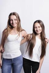 Dwie piękne dziewczyny się uśmiechają
