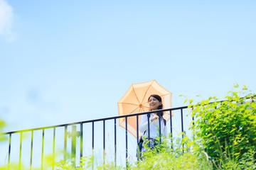 日傘をさしている女性
