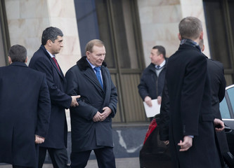 Former Ukrainian President Leonid Kuchma (2nd R) after arriving at Minsk's International Airport
