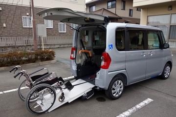車両に車椅子を入れる様子