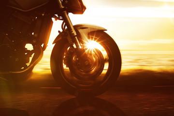 Fototapete - Motorrad fährt auf Küstenstraße