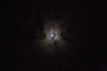雲がかる月の光