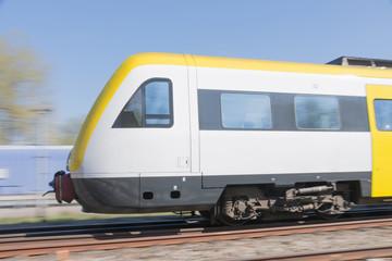 Gelber Triebwagen in voller Geschwindigkeit