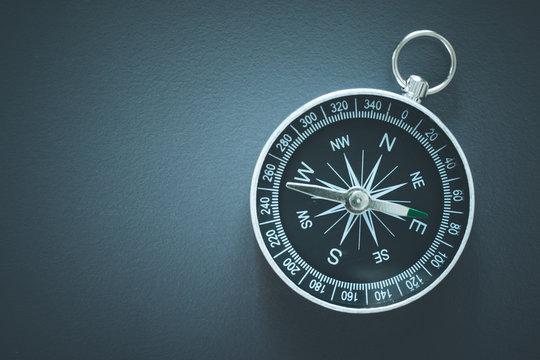 Kompass auf grauem Untergrund