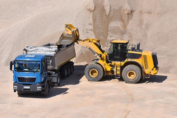 Beladung LKW durch Radlader in einem Kieswerk mit Baustoff Sand // Loading truck by wheel loader in a gravel with building material sand