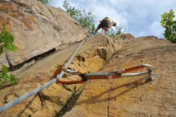 Express-Set mit Seil in einer vertikalen Wand an einem Bohrhaken beim Sportklettern im Quarzporphyr-Gestein