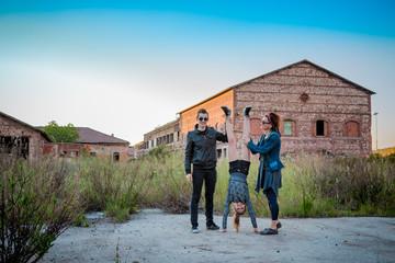 Femme, fillette et jeune homme dans l'usine abandonnée de Toscane